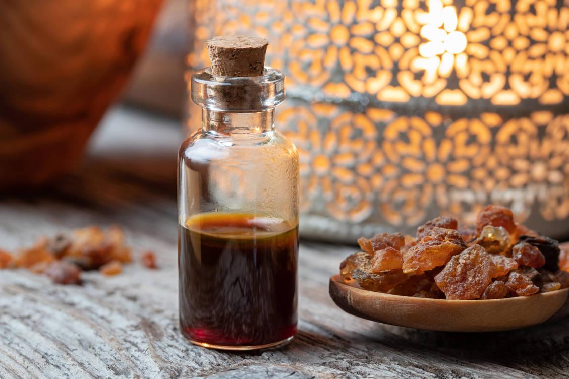 Myrrhe gehört seit Jahrtausenden zum Arzneischatz der Menschen und hat auch rituelle Bedeutung. / Foto: Adobe Stock/Madeleine Steinbach