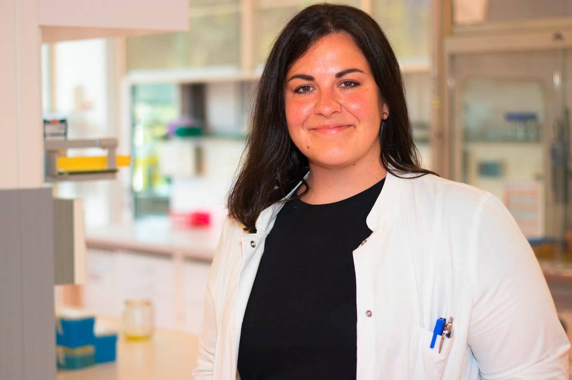 Charlotte Dahlem ist Diplom-Pharmazeutin, Apothekerin und Doktorandin der Pharmazeutischen Biologie an der Universität des Saarlandes. Sie forscht im Team von Professorin Dr. Alexandra K. Kiemer. / Foto: Jan Henrich