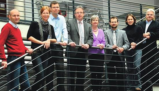 Lehre und Forschung am Institut für Pharmazeutische Wissenschaften in Freiburg übernehmen: Professor Dr. Andreas Bechtold, Professor Dr. Regine Süss, Junior-Professor Dr. Stefan Günther, Professor Dr. Manfred Jung, Professor Dr. Irmgard Merfort, Professor Dr. Michael Müller, Junior-Professor Dr. Jennifer Andexer und Professor Dr. Rolf Schubert (von links)